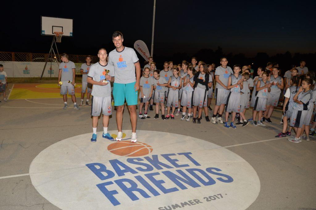 Basketfriends 2017. - Zoran Erceg with one of the winnwers