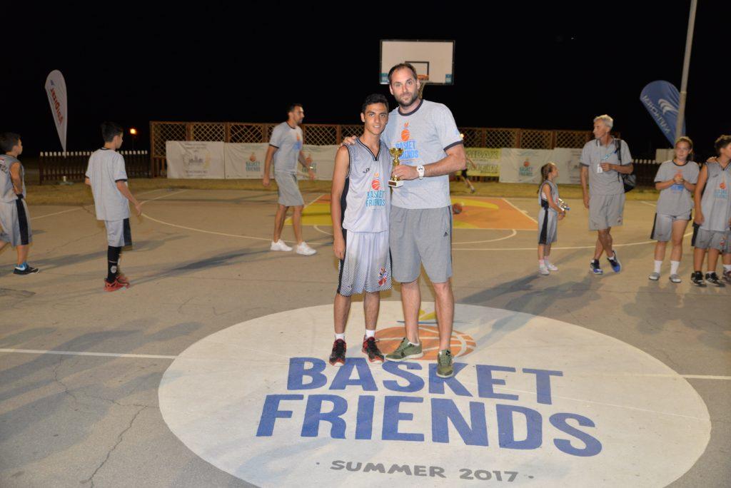Basketfriends 2017. - Danilo MIjatović sa jednim od pobednika